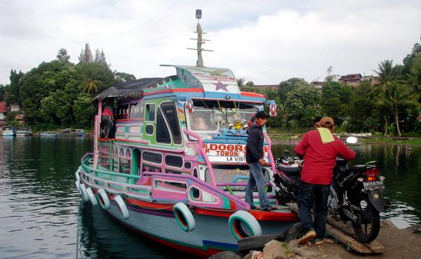 a boat to crossing the lake from Parapat to Tomok, Samosir Island (photo: joko guntoro)