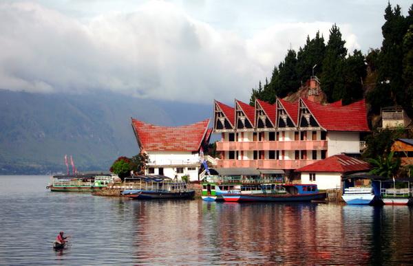 a hotel in Lake Toba (photo: joko guntoro)