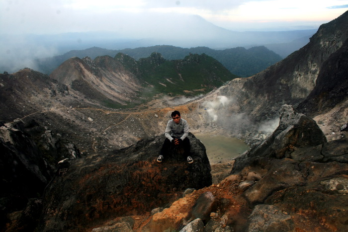 sitting on the top of Mt. Sibayak. Behind is The stinking caldera vent on top of Gunung Sibayak. (photo credit: inaturaltreasures.com)