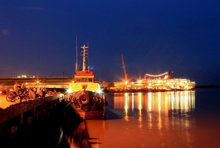 people often spend their time to see the ship at Port of Belawan (photo: joko guntoro)